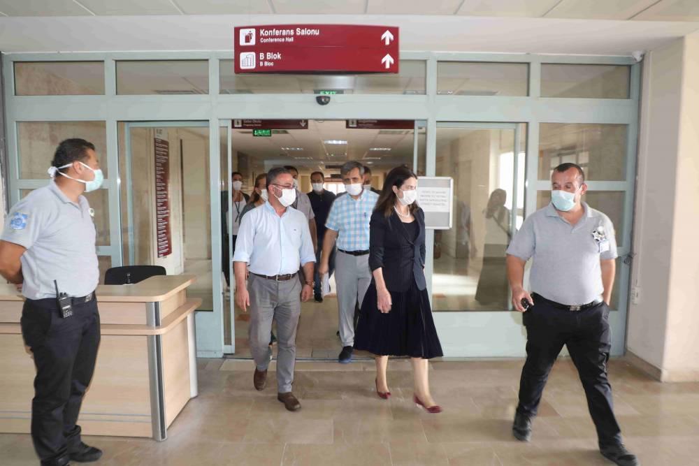 Rektör Prof. Dr. Tuncel'den Minik Hastalara Sürpriz Ziyaret